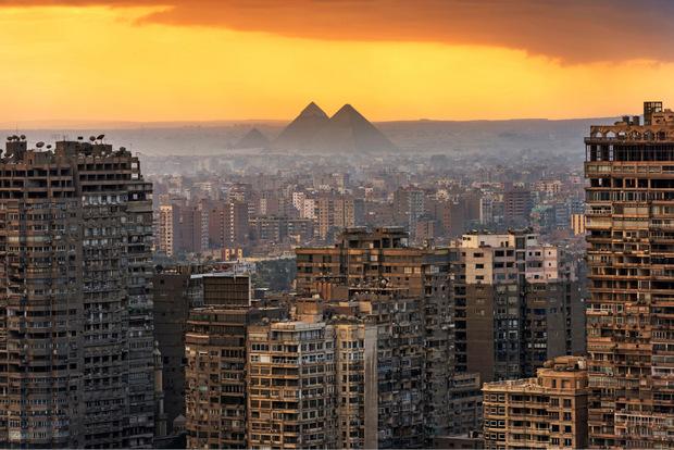 In und um Kairo, seit 969 mit Unterbrechungen immer das Zentrum der Regierenden, leben 20 Millionen Menschen. Die neue Hauptstadt. 2016 wurde im Südosten Kairos mit dem Bau einer noch namenlosen neuen Hauptstadt begonnen.