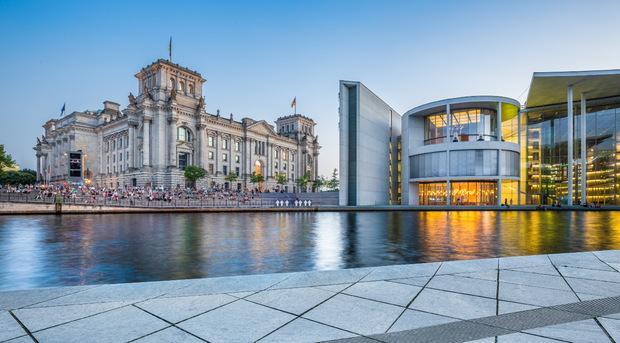 Von Bonn nach Berlin: Seit der Deutschen Einheit ist Berlin die Hauptstadt. 1999 wurden auch Parlament und Regierung verlegt.