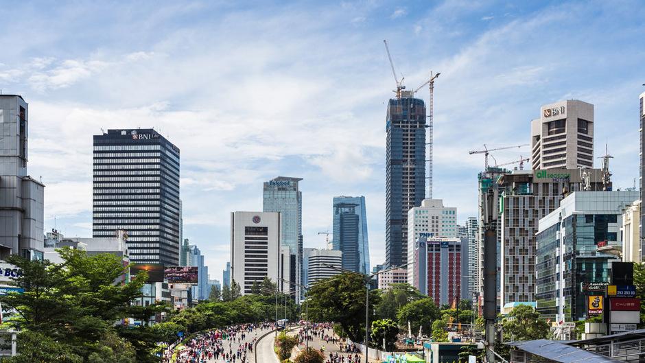 Indonesien ist seit 1945 unabhängig und Jakarta seit 1950 wieder Hauptstadt des weltgrößten Inselstaates. In der Stadt leben 10 Millionen Menschen, in der Metropolregion 30 Millionen. Vor allem Verkehr und Überschwemmungen sind Hauptprobleme.