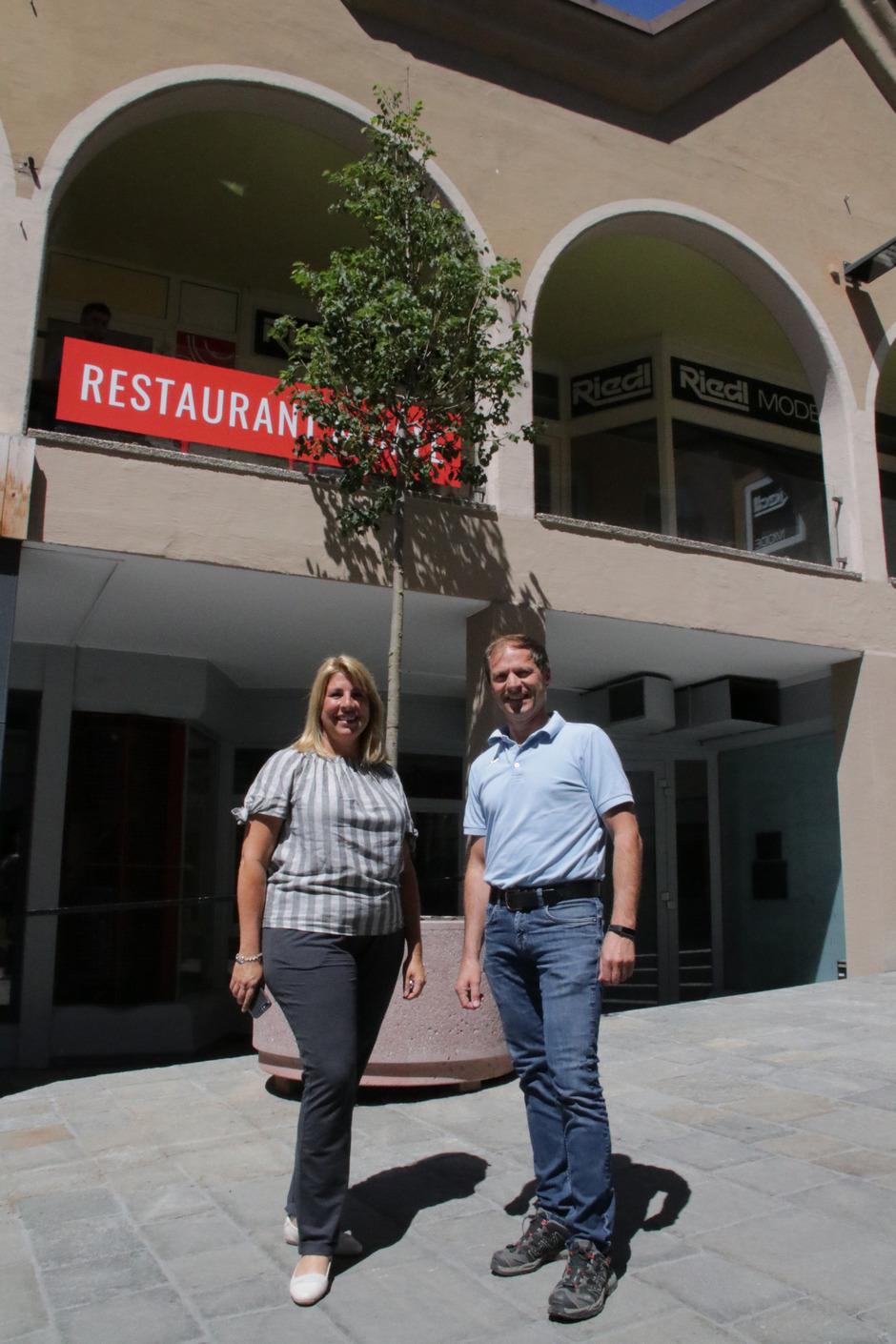 Tatjana Stimmler und Norbert Praxmarer unter einer von elf Linden, welche die Begegnungszone in Imst bereichern.