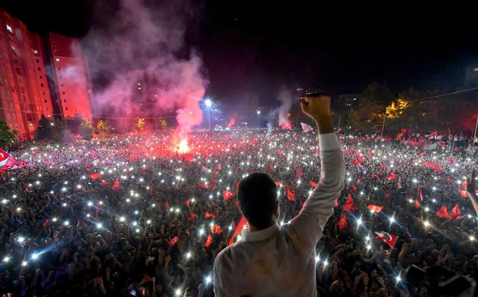 Ekrem Imamoglu, der künftige Bürgermeister Istanbuls, vor seinen Anhängern.