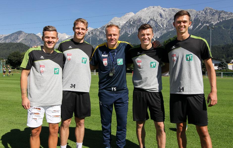 Coach Thommy Silberberger (M.) begrüßte die Neuzugänge Flo Rieder, Stefan Hager, Dedic und Julian Gölles (v.l.).