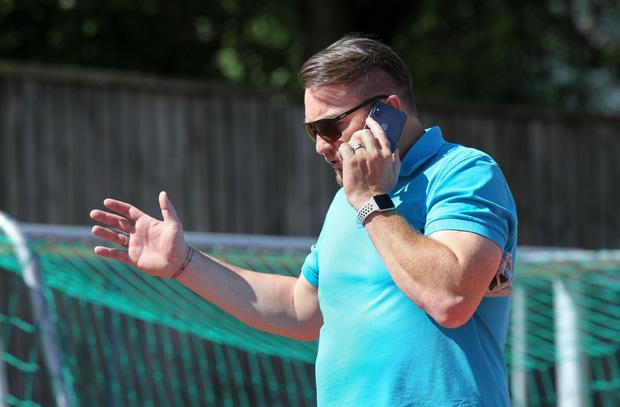 """Bei Sportmanager Stefan Köck """"brannte"""" am Handy einmal mehr das Ohr."""