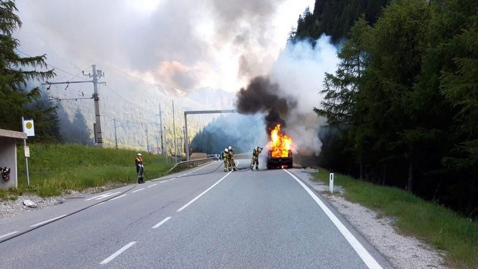 Das Fahrzeug ging in Flammen auf.