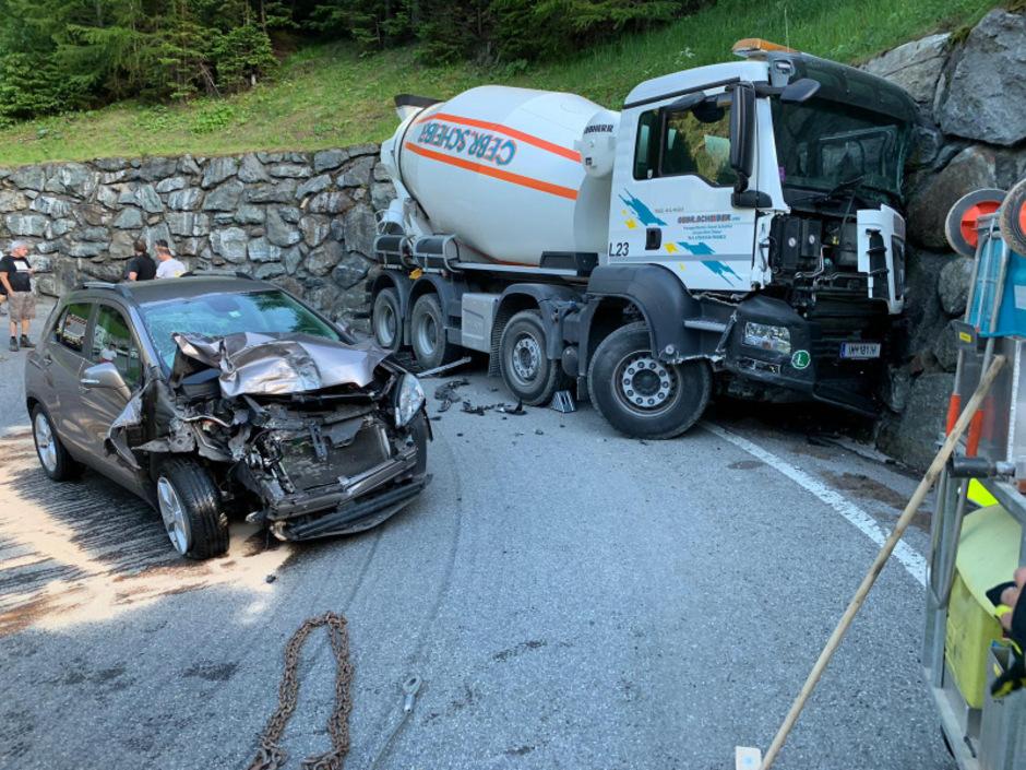 Die beiden beteiligten Fahrzeuge wurden komplett zerstört.