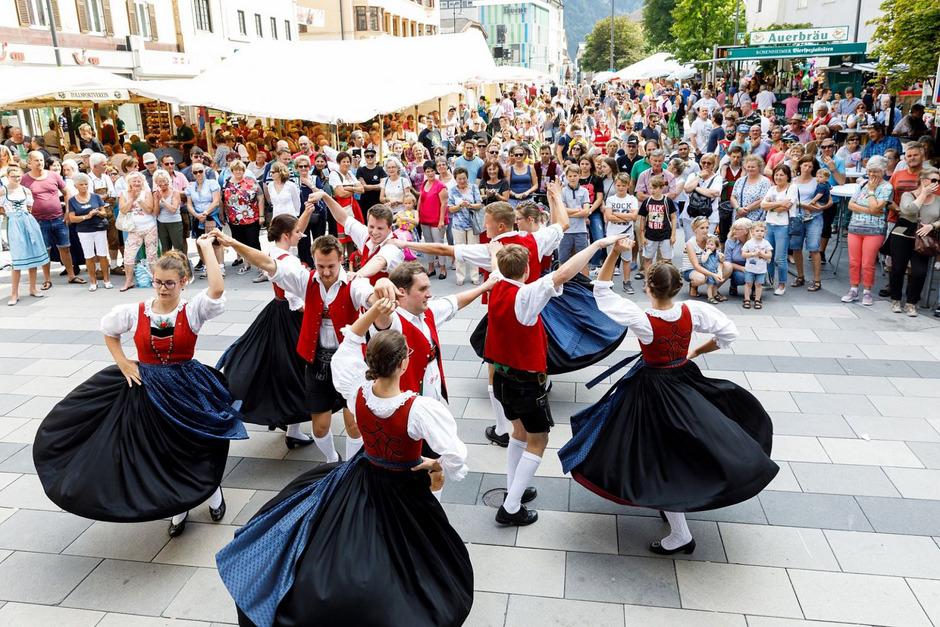 Mehrere Brauchtumsgruppen präsentieren am Kaiserfest ihre traditionellen Tänze in der Kufsteiner Innenstadt.