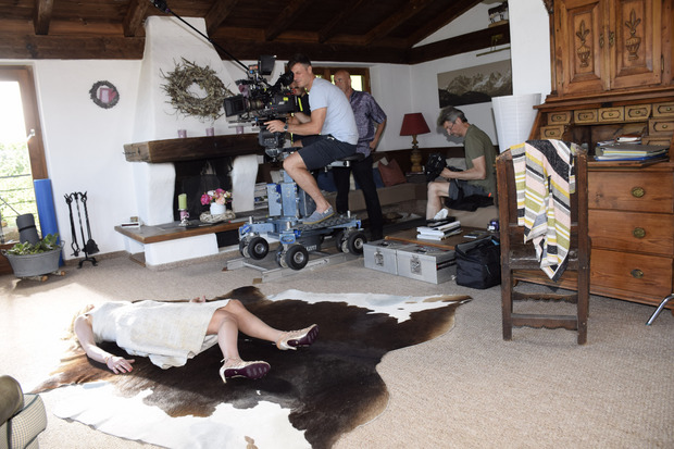Szene aus der 251. Folge: Ulla liegt tot in ihrem Haus und wird wenig später von Freundin und Nachbarin Stefanie Löcker gefunden.