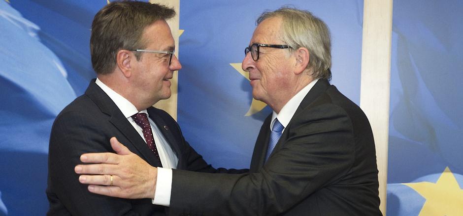 Shakehands in Brüssel: LH Günther Platter traf am Dienstag Noch-EU-Kommissionspräsident Jean-Claude Juncker. Im Zentrum stand der Verkehrszwist zwischen Tirol und Deutschland.