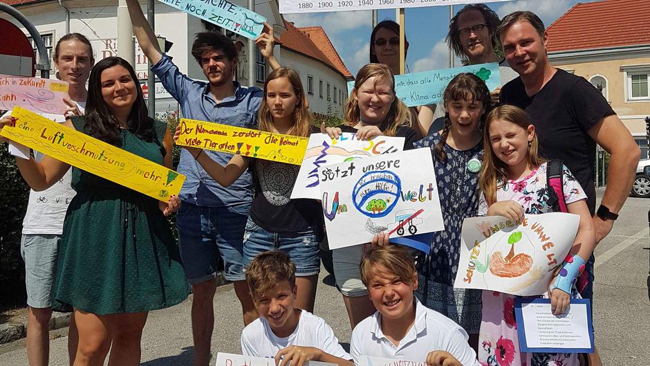 Traiskirchen ruft als 1. österreichische Stadt den Klimanotstand aus. Bürgermeister Andreas Babler mit den Aktivisten der Friday for Future-Bewegung und Schülern aus Traiskirchen.