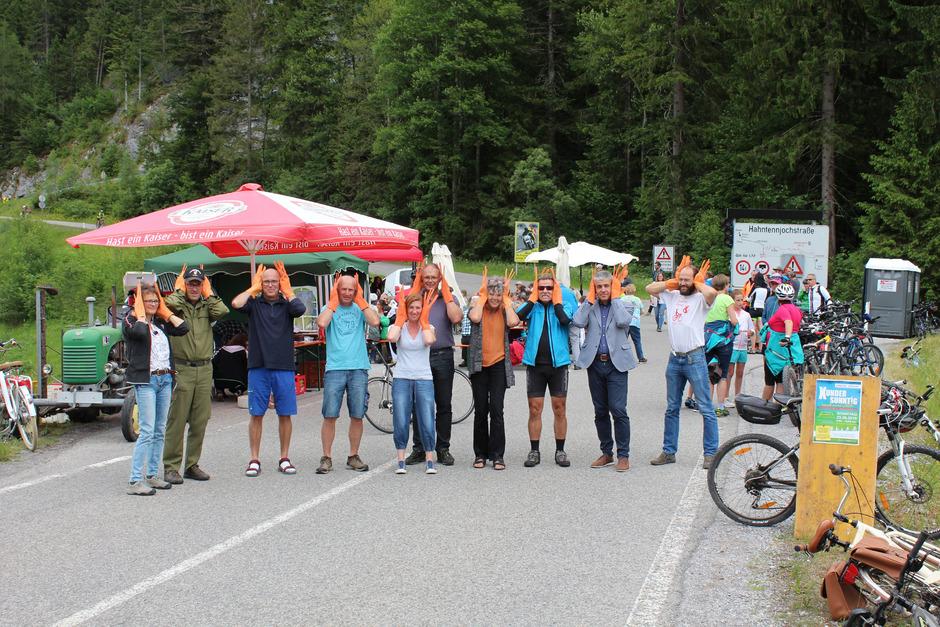 Sonntägiger Aktionismus bei der Bürgerversammlung an der Elmer Auffahrt zum Hahntennjoch gegen den Lärm von Motorrädern.