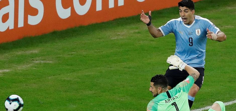 """Luis Suarez  reklamierte nach der Parade von Chiles Goalie Gabriel Arias """"Handspiel""""."""