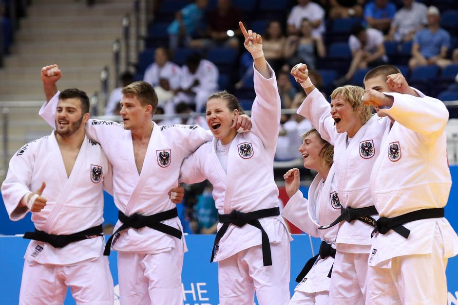 Österreichs Mixed-Team mit Graf (M.) jubelte über Bronze.