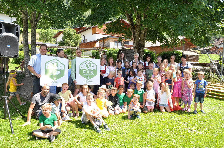 Jetzt ist es offiziell: Volksschule und Kindergarten Leins sind Träger des Naturpark-Gütesiegels und sie verpflichten sich damit zur Einhaltung aller vorgegebenen Kriterien.