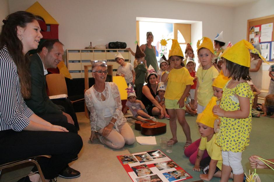 LHStv. Josef Geisler (2.v.l.) ist vom Sonnenfest der Arzler Kindergarten-Kinder begeistert.