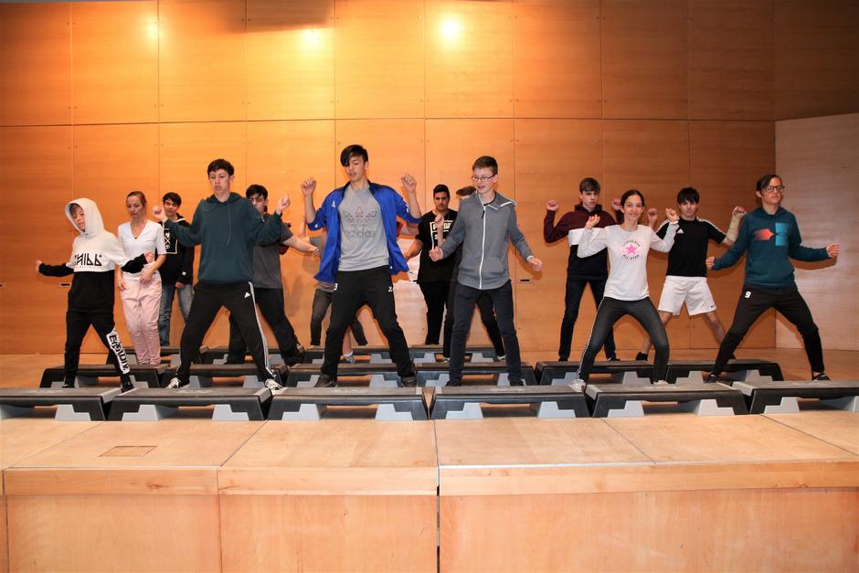 """Mit Tanz und Rhythmus liefern die Schüler der NMS Oetz ihren Show-Act, während die """"Bandsionists"""" musikalisch für Stimmung sorgen."""