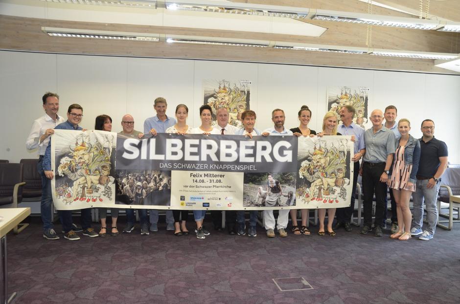 Sie und viele weitere stehen alle hinter dem Silberberg: Mitwirkende mit Vertretern der Stadtgemeinde und dem Sponsor.