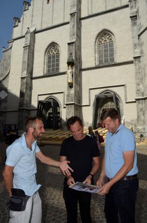 Regisseur Markus Plattner begutachtete gestern mit Karl-Heinz Steck und Christian Lintner (v. l.) den Fortschritt der Bühnenbauarbeiten.