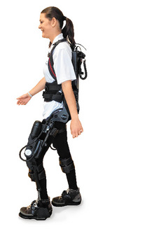 Anna Reiter mit dem Exoskelett.
