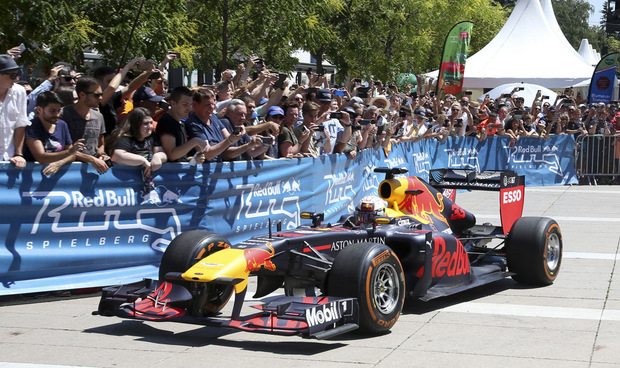 MIt einem Showrun von Red-Bull-Pilot Max Verstappen am Grazer Schlossberg vor Tausenden Fans fiel der Startschuss für das Formel-1-Wochenende in Spielberg.