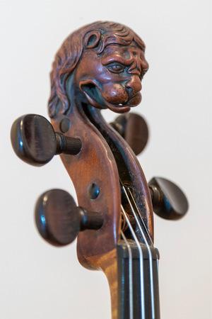 Erkennungsmerkmal von Stainer-Instrumenten: Löwenkopf als markante Verzierung.