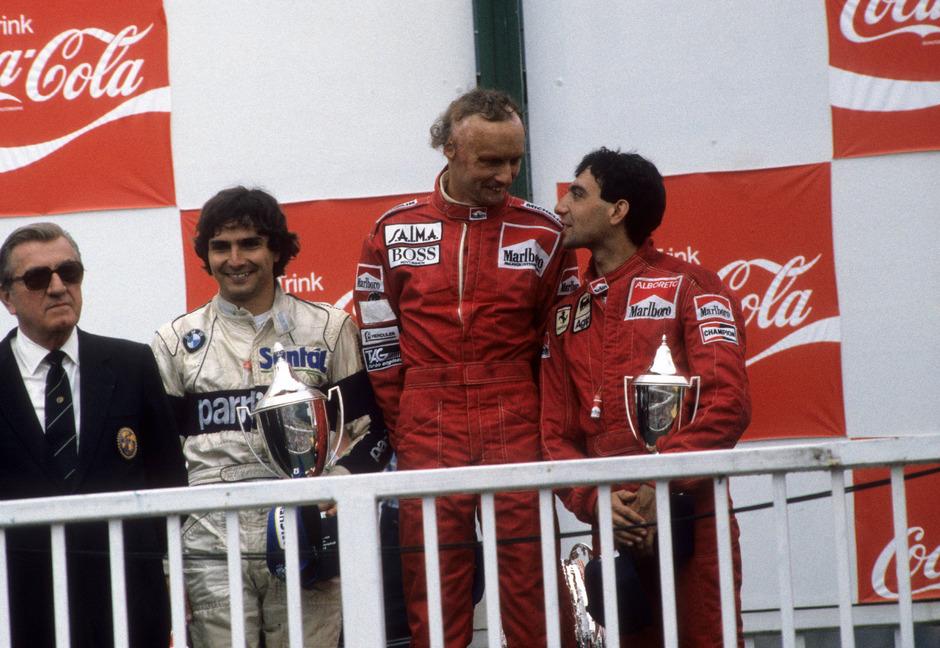Das Spielberg-Podest 1984: Sieger Niki Lauda (M.) scherzte mit Michele Alboreto (r.) - Nelson Piquet (2.?v.?l.) und FISA-Präsident Balestre.