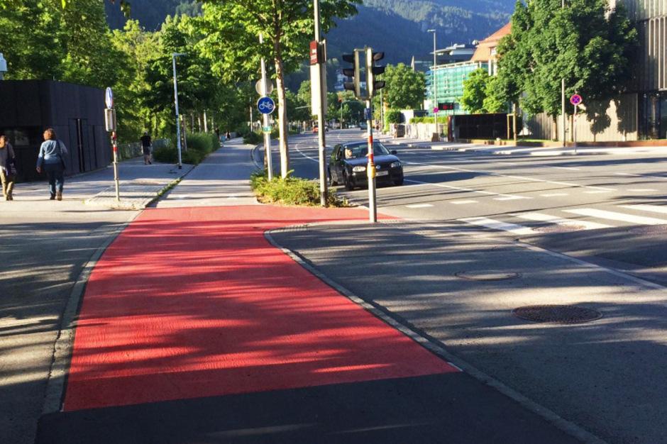 """Für mehr Sicherheit und Sichtbarkeit werden die roten Teppiche an jenen Stellen """"ausgerollt"""", die als Begegnungspunkte verschiedener Verkehrsteilnehmer besonders gefährlich sind."""