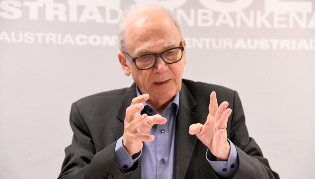 Emmerich Tálos ist Professor für Politikwissenschaft an der Universität Wien und seit 2009 formell im Ruhestand. Seine Arbeitsschwerpunkte sind Sozialthemen und Sozialpartnerschaft. (emmerich.talos@univie.ac.at)