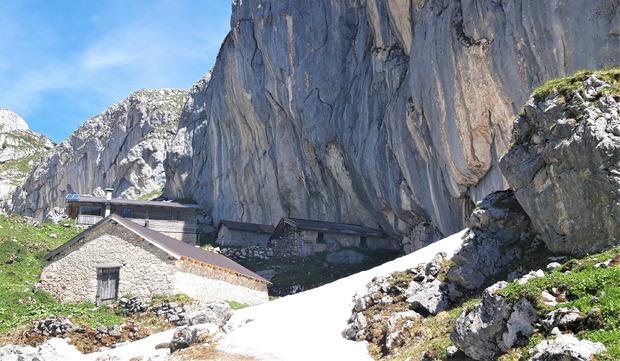 Bevor es hinauf zum Krahnsattel geht, muss man an der idyllisch gelegenen Schermsteinalm vorbei.