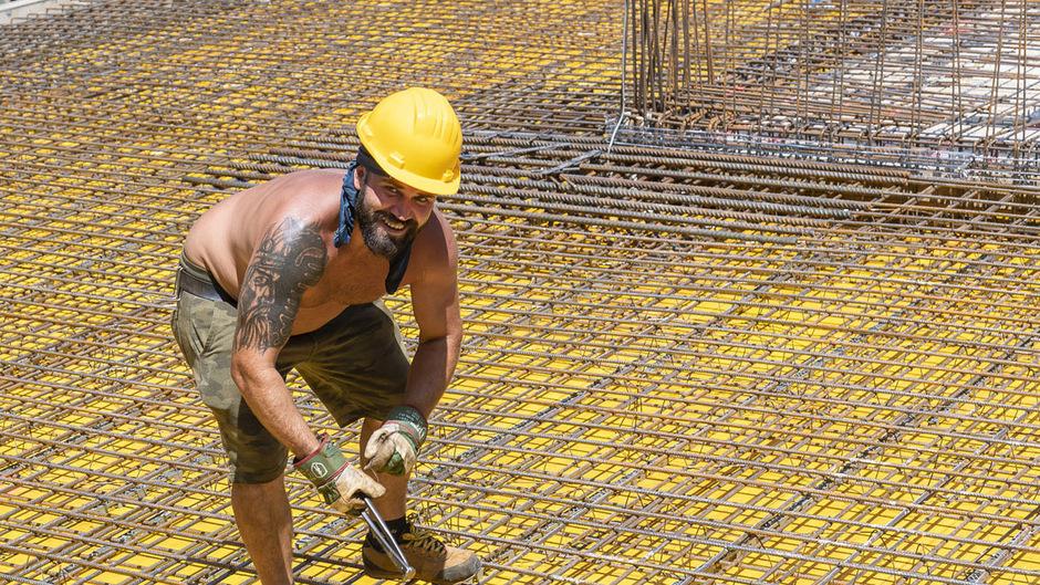 Besonders für Bauarbeiter sind die Bedingungen dieser Tage alles andere als optimal. Sie müssen dicke Handschuhe tragen, damit sie Bauteile und Werkzeug aus Metall überhaupt anfassen können – denn diese glühen beinahe.