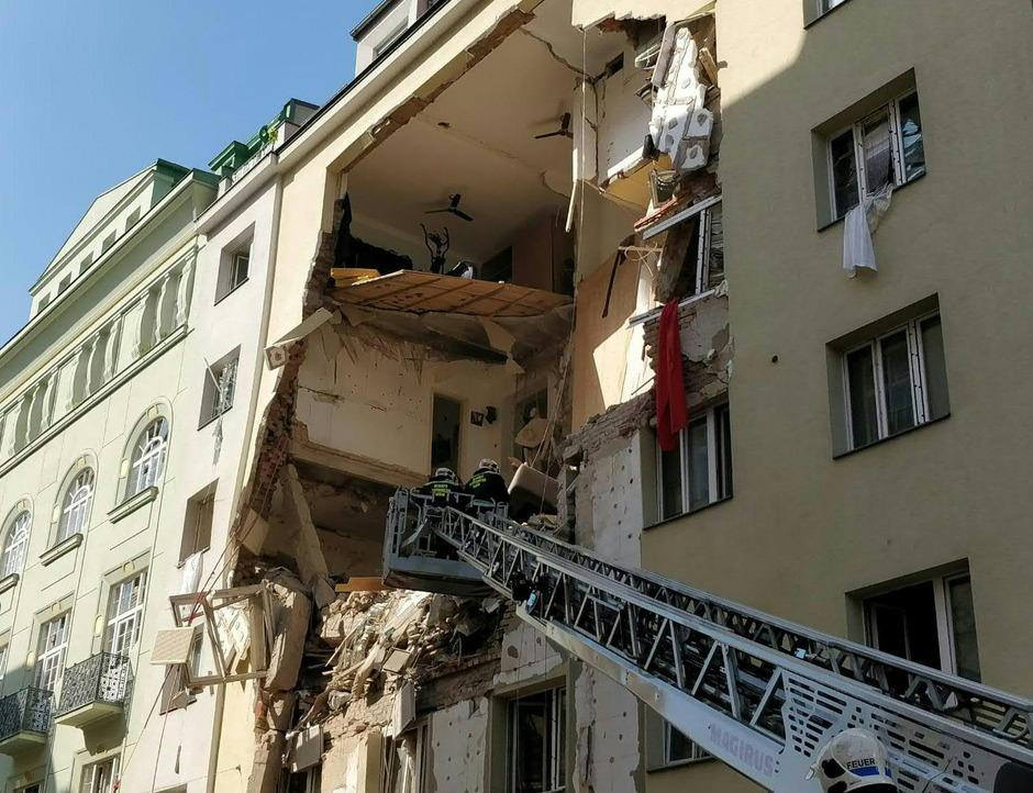 Ein fünfstöckiges Wohnhaus in der Pressgasse ist teilweise eingestürzt.