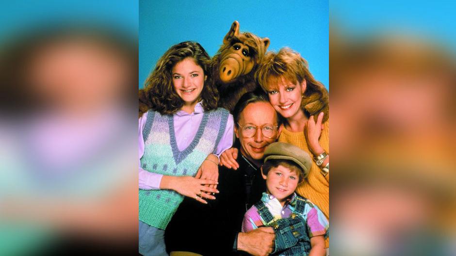 Der Außerirdische Alf und die Familie Tanner: Tochter Lynn (Andrea Elson), Vater Willie (Max Wright), Mutter Kate (Anne Schedeen) und Sohn Brian Tanner (Benji Gregory, unten).