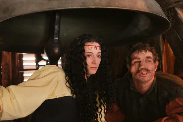 """Esmeralda und Quasimodo im """"Glöckner von Notre Dame"""" vergangenes Jahr bei den Rattenberger Schlossbergspielen."""