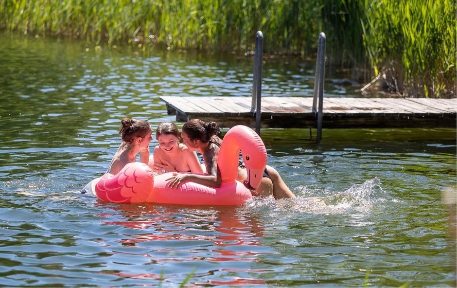 Wasserratten und Sonnenanbeter dürfen sich freuen: Bis Dienstag bleibt die Hitze erst einmal.