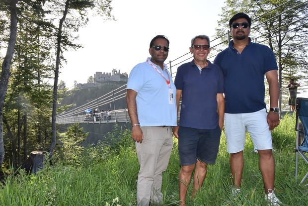 """Ehrenberg-""""Burgherr"""" Armin Walch hieß den österreichisch-indischen Reisevermarkter Ishvinder Baba Maddh (l.) und Filmproduzent Pramod Uppalapati (r.) bei der Hängebrücke willkommen."""