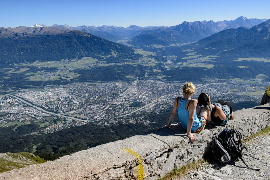 Die Hitze der Stadt wird im Sommer immer brutaler, nicht zuletzt aufgrund des Klimawandels. Bis 2050 will Tirol energieautonom und damit weg von Öl und Gas sein. Von diesem Ziel ist das Land weit entfernt.