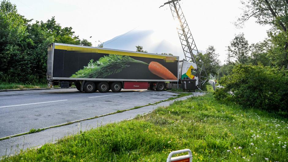 Da die Stromleitung über die Autobahn führt, mussten beide Fahrtrichtungen gesperrt werden.