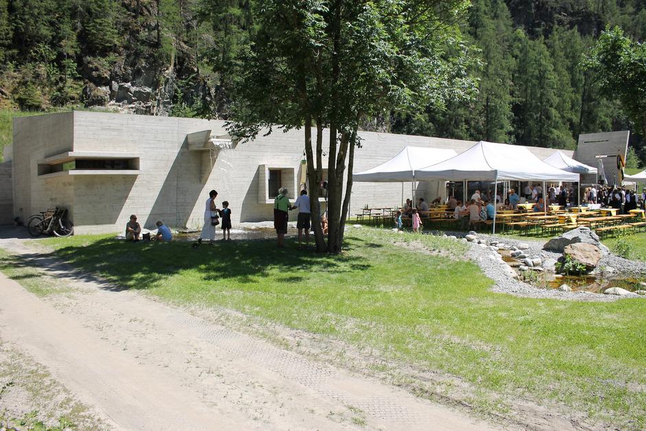 Die Integration in die Landschaft wurde beim fünften Naturparkhaus Tirols in Längenfeld auch architektonisch ausgedrückt, z.B. in Form einer blühenden Dachwiese.
