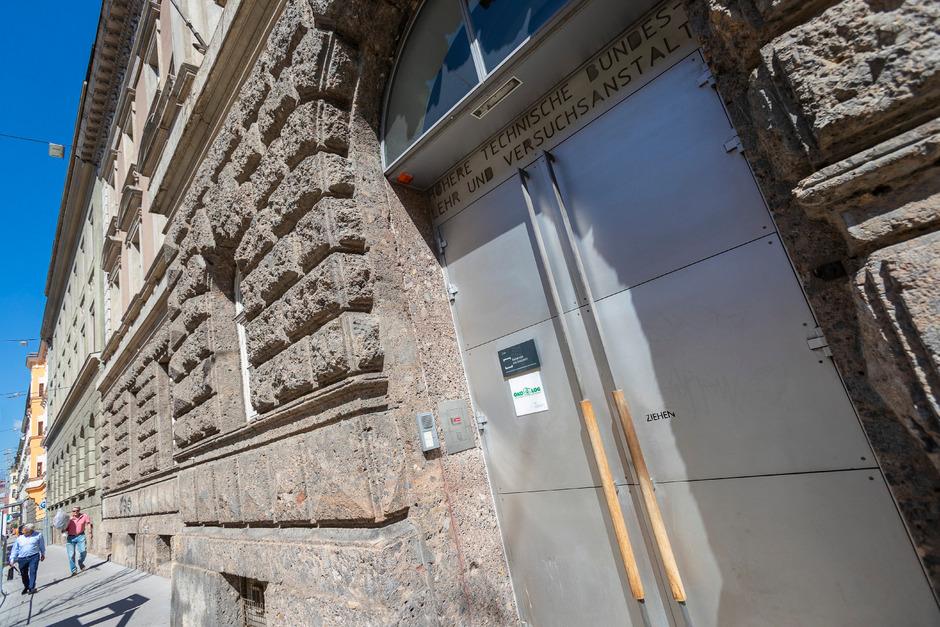 Akuter Platzmangel herrscht hinter diesen Mauern in der HTL Anichstraße in Innsbruck: Ein Ausbau für 4,3 Mio. Euro soll Abhilfe schaffen.