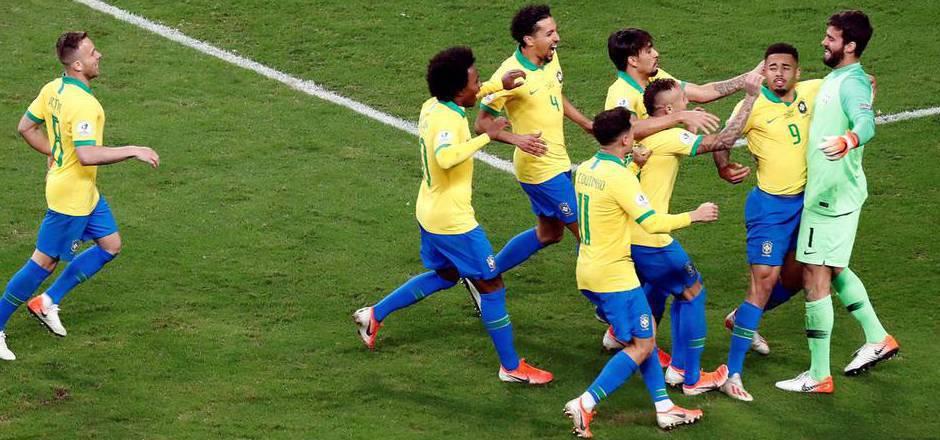 Die Brasilianer jubeln mit ihren Matchwinnern Gabriel Jesus (2.v.r.) und Goalie Alisson (r.).