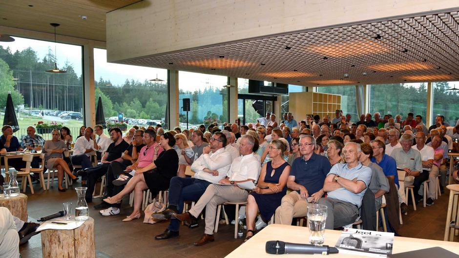 """Volles Haus im """"Hausberg"""" bei der Podiumsdiskussion rund um die Bürgerbeteiligung."""