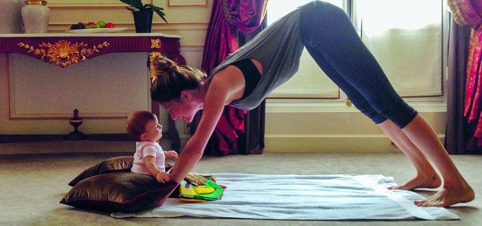 Dieser Schnappschuss wurde 2013 von Gisele Bündchens Zwillingsschwester Fati aufgenommen und zeigt das Topmodel bei seinem morgendlichen Yogatraining in einem Pariser Hotel. Mit dabei ihre kleine Tochter Vivi.