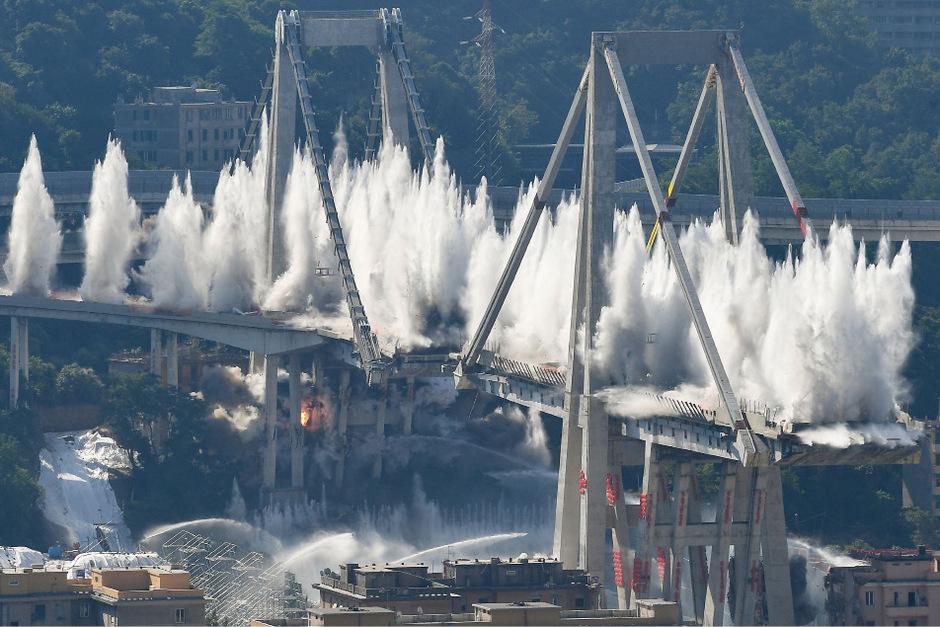 Zeitgleich wurden mehrere Sprengladungen in der Brücke gezündet, das Bauwerk stürzte innerhalb von sechs Sekunden in sich zusammen.
