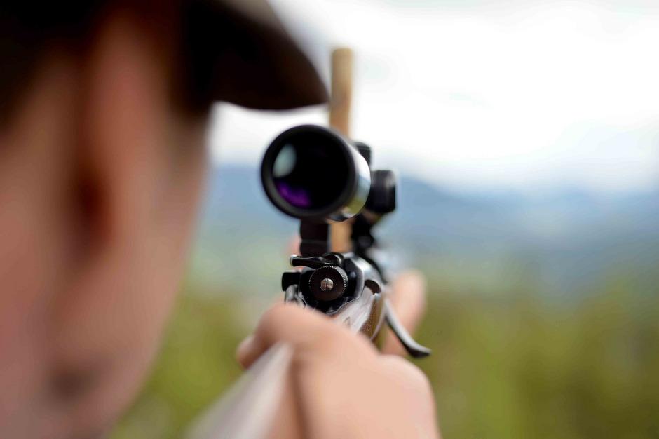 Schalldämpfer, die in der Regel zwischen 500 und 600 Euro kosten, verringern die Lautstärke der Waffen um 30 bis 40 Dezibel.