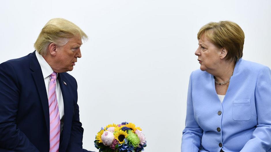 Die europäischen Regierungschefs, darunter Kanzlerin Angela Merkel (r.) fordern mehr Klimaschutz. US-Präsident Donald Trump (l.) hat andere Pläne.