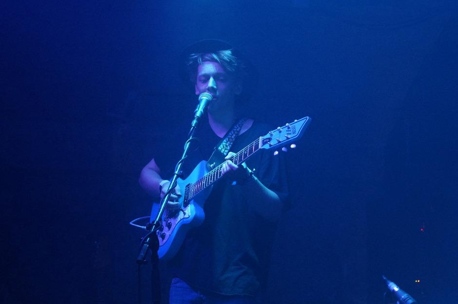 """""""Shoegazing"""" mit geschlossenen Augen oder hinter dichten Nebelschwaden. Lars Andersson zeigt sich versteckt auf der Bühne."""