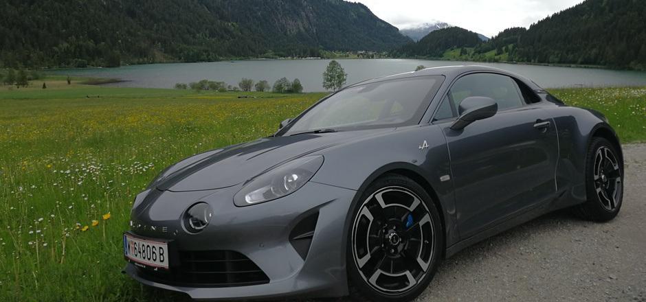 Bella Figura am Haldensee: Die Alpine A110 Légende rastet kurz im Außerfern.