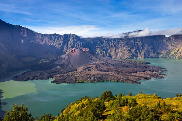 Prächtige Vulkane mit tiefen Kratern gilt es auf Lombok zu besteigen.