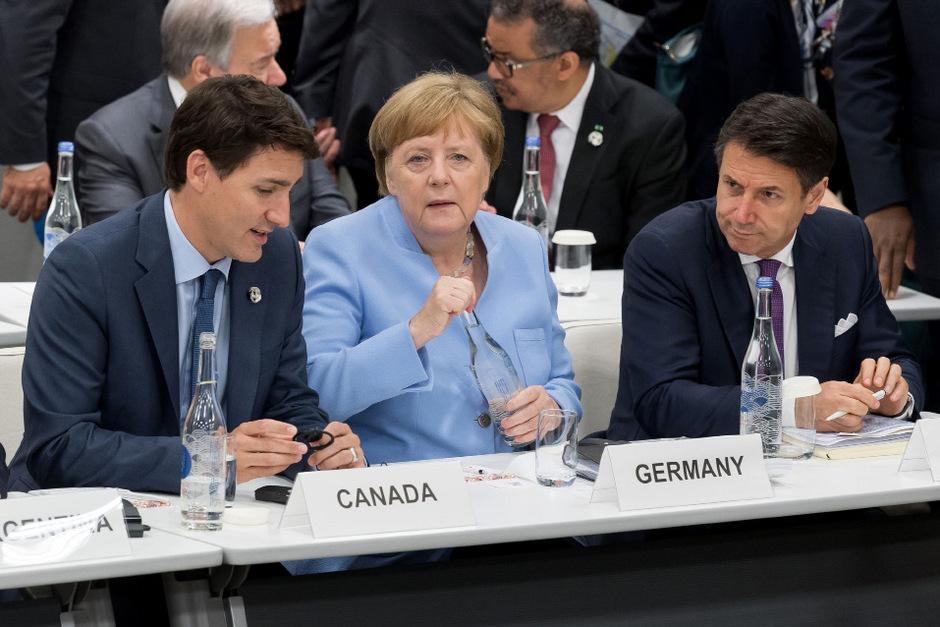 Die deutsche Bundeskanzlerin Angela Merkel in Osaka neben dem kanadischen Premierminister Justin Trudeau und dem italienischen Premier Giuseppe Conte.