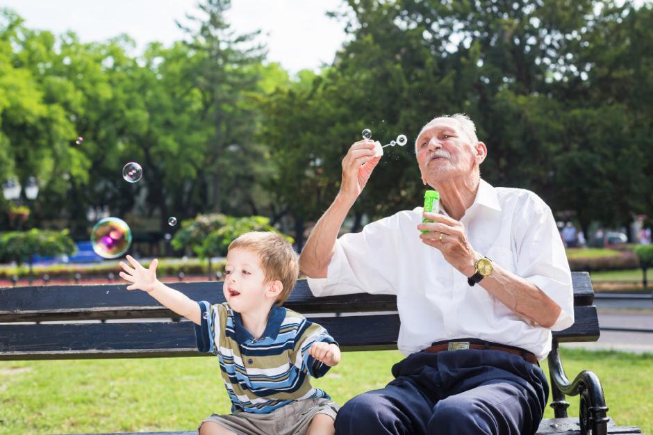 Altenheime sollen Betreuung für Kinder von Mitarbeitern bieten. Jung und Alt finden sich.