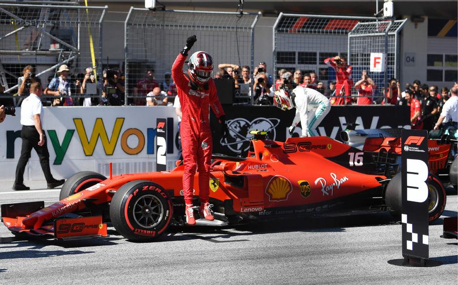 Charles Leclerc jubelte über Platz eins im Qualifying.